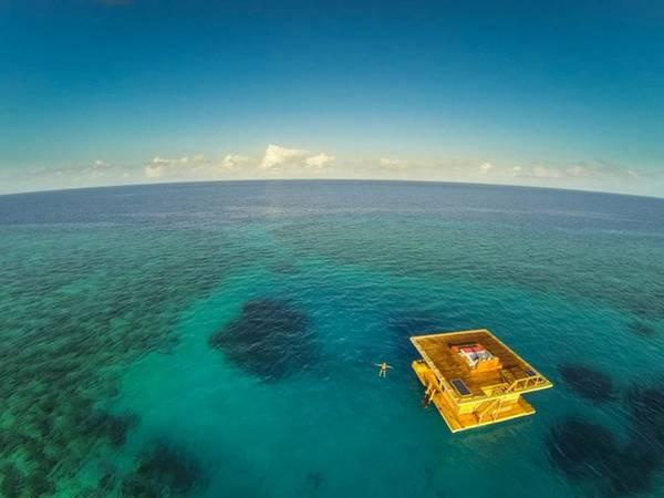 Tại khu nghỉ dưỡng Manta Resort trên đảo Pemba, Zanzibar có một phòng khách sạn nổi với khung cảnh rất độc đáo
