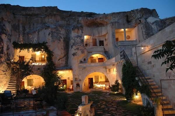 Fairy Chimney là khách sạn xây dựng bên trong những cột đá hình ống khói khổng lồ đặc trưng vùng Cappadocia, Thổ Nhĩ Kỳ. Người dân nơi đây tận dụng tối đa lợi ích từ việc khoét lỗ hổng trên các cột đá để làm nhà ở, khách sạn, hostel...