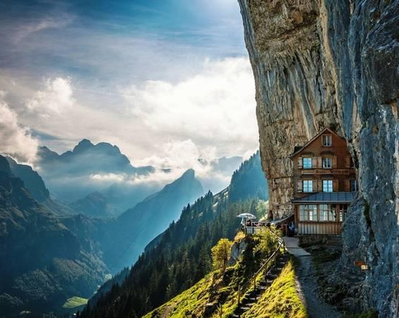 Nằm ở độ cao khoảng 5.000 m so mực nước biển, khách sạn Äscher, Thụy Sĩ nép mình bên vách của một ngọn núi trong khu vực dãy Alps.