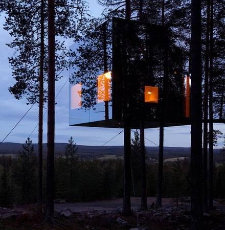 Mirrorcube Tree House là khách sạn trên cây có hình dáng của một khối lập phương khổng lồ ở Harads, Thụy Điển.