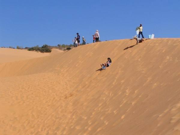 Trong khi đó bạn ngày bạn có thể thử trò trượt cát cực kỳ thú vị.