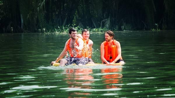Và bạn sẽ được trải nghiệm cảm giác tắm sông sẽ khác với tắm biển như thế nào.