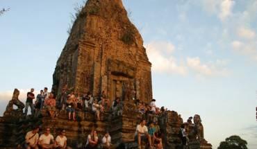 Du khách giảm bớt áp lực cho bản thân bằng cách chọn một số điểm tham quan khác bớt đông người. Trang Angkorsunsets.com đưa ra một số lựa chọn, giả dụ như sau khi tham quan hai điểm chính nhất là Angkor và Bayon, khi nhiều người quay về Siem Reap ăn trưa, bạn có thể đi thêm một số nơi khác; hoặc nếu gặp đúng một đoàn du lịch đông nghịt vào Ta Prohm, bạn có thể chuyển hướng sang Preah Khan gần đó.