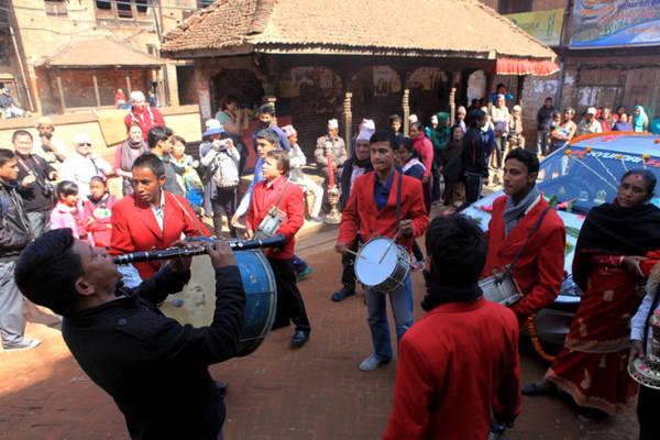 """Ban nhạc """"áo đỏ"""" mang lại sự rộn ràng cho đám rước."""