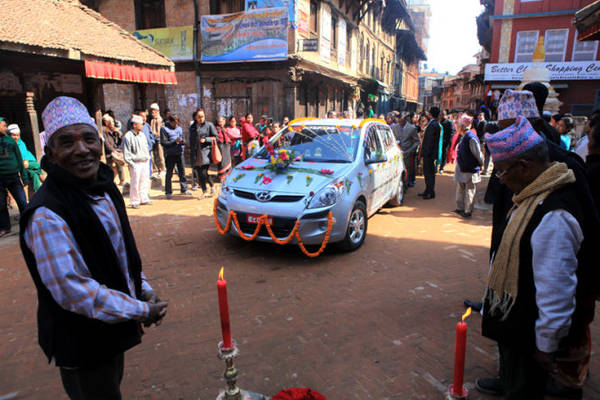 Chiếc xe hoa dừng lại bên một ngôi đền làm lễ.