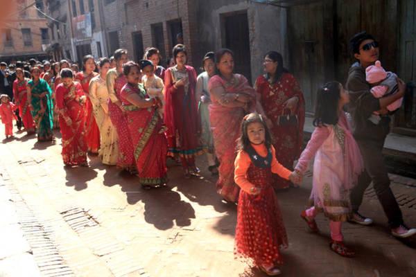 Đoàn người đi rước dâu ăn mặc lộng lẫy.
