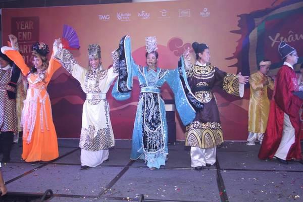 Tiết mục Táo quân hấp dẫn là một điểm nhấn đẹp trong đêm tiệc Year-End Party tại khu vực TP.Hồ Chí Minh. Ảnh: TMG
