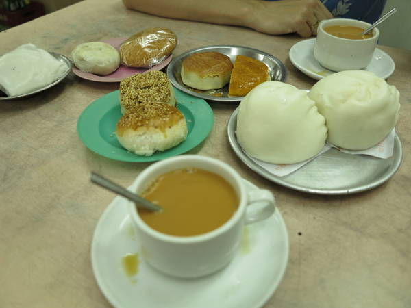 Những cửa hàng trà ở Myanmar không chỉ là nơi để thưởng thức trà, nó còn là một nơi thường xuyên tổ chức những khóa học nấu ăn và phục vụ những món ăn truyền thống.