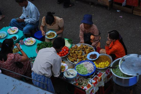 Một cửa hàng bán các món bánh ngọt trên đường phố Yangon.