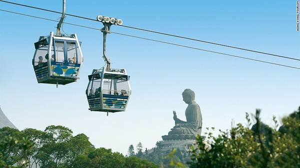 Cáp treo Ngong Ping 360 nằm trên đảo Lantau của Hong Kong có hành trình dài 25 phút đến làng Ngong Ping, nơi tọa lạc tượng Phật bằng đồng Thiên Tân.