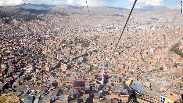 Tuyến cáp treo Mi Teleferico vắt ngang qua dãy núi Andes và nối liền thủ đô La Paz với thành phố El Alto của Boliva.