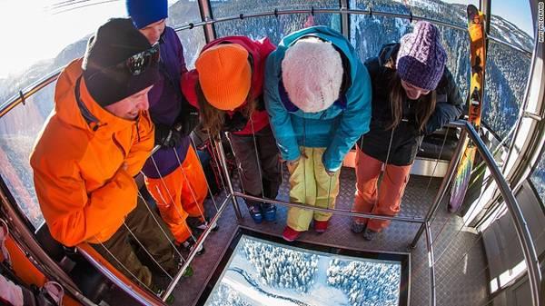 Tuyến cáp treo Peak2peak tọa lạc tại đỉnh núi Whistler Blackcomb ở British Columbia, dài 4,4 km là tuyến cáp treo duy nhất trên thế giới nối liền 2 đỉnh núi.