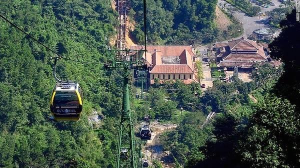 Tuyến cáp treo Bà Nà của Việt Nam được ghi nhận là tuyến cáp treo một dây dài nhất thế giới, vận hành từ chân núi Bà Nà lên đến đỉnh Vọng Nguyệt, bao gồm 22 trụ với 94 cabin, phục vụ 1.500 khách mỗi giờ.
