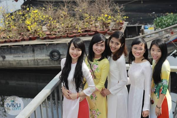 Áo dài xuân càng khiến các cô gái rạng rỡ và nổi bật giữa không khí nhộn nhịp. Ảnh: iVIVU.com