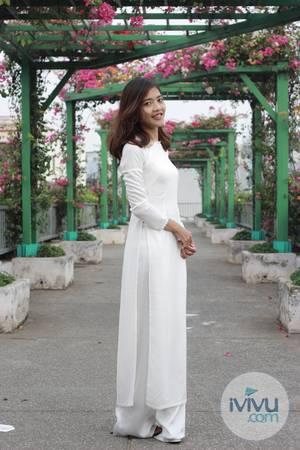 Cô gái khoe vẻ đẹp mỏng manh xinh tươi trên cầu đi bộ phủ đầy hoa giấy.