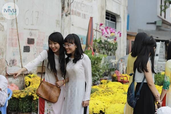 Hòa vào dòng người rộn ràng, các thiếu nữ cũng đang chọn cho mình những chậu hoa đẹp nhất để mang về nhà.