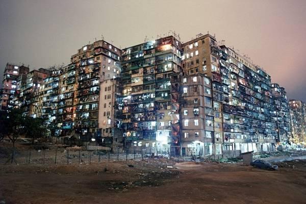 Nằm ở phía bắc đảo Hong Kong, Kowloon Walled City là một tổ hợp gồm 300 tòa nhà kết nối với nhau.
