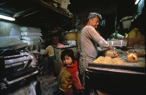Hui Tuy Choy mở xưởng sản xuất mì từ năm 1965 do giá thuê nhà xưởng thấp và không yêu cầu phải có chứng chỉ của Cục Lao động