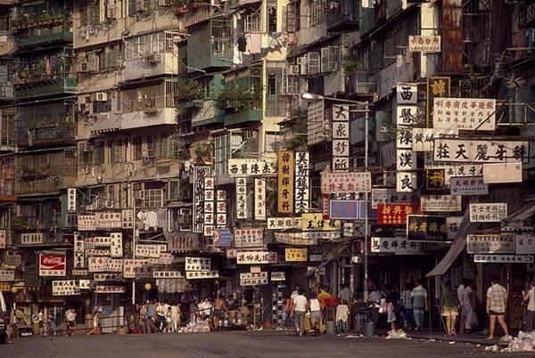 Vào lúc cao điểm, có đến 33.000 người ở chen chúc trong diện tích vỏn vẹn 2,6 ha của thành phố, được coi là nơi có mật độ dân số cao nhất thế giới.