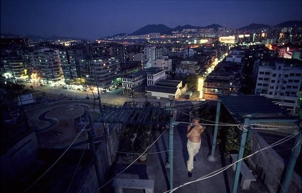 Kowloon từng bị một băng đảng mafia Trung Quốc là Triads thao túng từ những năm 1950 – 1970, nổi tiếng với nạn mại dâm, cờ bạc và nghiện hút.
