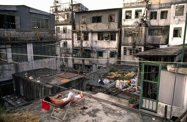 Do tình trạng chật hẹp, ẩm ướt và hôi thối ở các tầng thấp, nên người dân Kowloon thường lên các sân thượng để tụ tập, phơi phóng hoặc chơi nhạc.