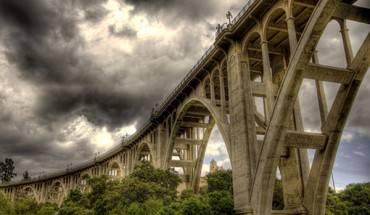 Cầu tự vẫn (California): Dài 457 m, cầu Colorado Street ở Pasadena được mệnh danh là cầu Tự vẫn, vì số người đến đây để nhảy xuống lên tới 150 người. Phần lớn các vụ tự sát xảy ra vào thời kỳ Đại suy thoái. Một trong các vụ nổi tiếng nhất là một người mẹ tuyệt vọng ném con gái qua thành cầu vào ngày 1/5/1937 rồi nhảy theo con. Bà mẹ thiệt mạng, nhưng cô con gái may mắn thoát chết vì rơi xuống bụi cây bên dưới. Cây cầu này hiện vẫn chứng kiến 10 vụ tự tử mỗi năm. Một nghiên cứu của cảnh sát cho thấy, hơn 10% các vụ tự tử của thành phố trong vòng 5 năm qua xảy ra tại cây cầu tuyệt mạng này.