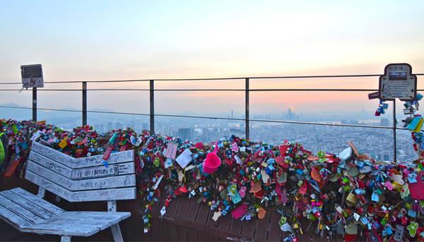 Hàng rào khóa tình yêu trên tháp truyền hình N Seoul Tower được khách du lịch quốc tế bầu chọn là địa điểm thú vị nhất ở thủ đô.