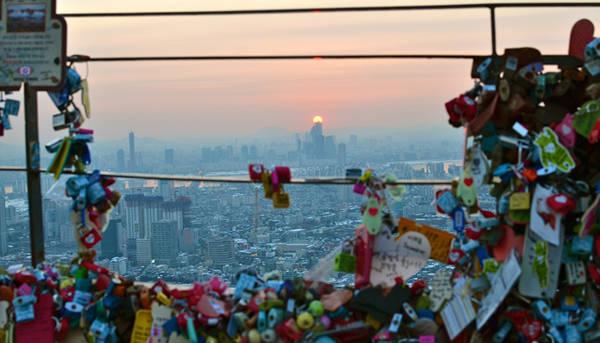 Giống như các tháp chọc trời khác, N Seoul có đài quan sát được trang bị kính viễn vọng với độ phóng đại cao.