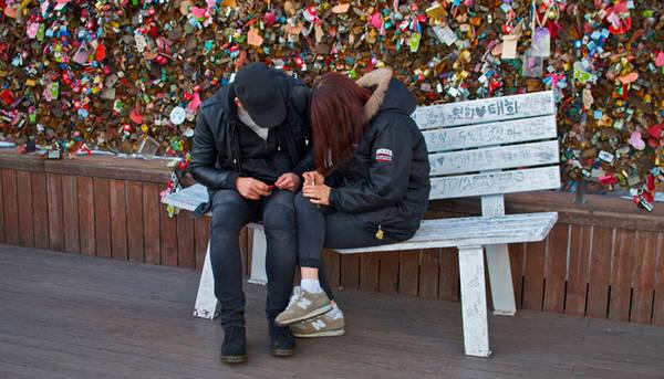 Các cặp đôi ghi lại những lời yêu thương trên các ổ khóa.