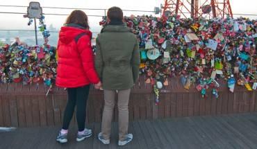 Tại tháp, bạn sẽ thấy nhiều đôi tình nhân hay cặp vợ chồng trao nhau lời hẹn ước tình yêu vĩnh cửu bằng cách viết một tin nhắn trên một ổ khóa, và khóa nó vào hàng rào trên Namsan Tower và rồi vứt bỏ chìa khóa.