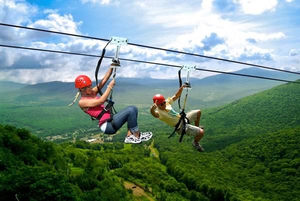 Zipline, đu dây mạo hiểm buộc người chơi phải vượt lên nỗi sợ độ cao. Trong trò chơi này, đáng sợ nhất là giây phút lao mình xuống từ đỉnh núi. Còn khi đã bay trên không trung với sợi cáp phía trên, cảm giác còn lại chỉ là phấn khích. Zipline hiện có ở Huế và KDL rừng Madagui (Lâm Đồng) với giá khoảng 500.000 đồng.