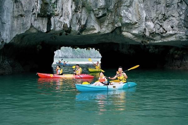 Sức dẫn của chèo thuyền Kayak không nằm trong bản chất phiêu lưu mạo hiểm, mà là hành trình của lòng can đảm, sự bình tĩnh, tính kiên trì, xử lý tình huống của con người trước những thách thức, trở ngại. Phần thưởng cho người vượt qua là sự tự tin, cảm giác chiến thắng và những kinh nghiệm không dễ có. Giá thuê 100.000- 200.000 đồng/giờ, tùy loại thuyền 1-2 hay 3 chỗ.