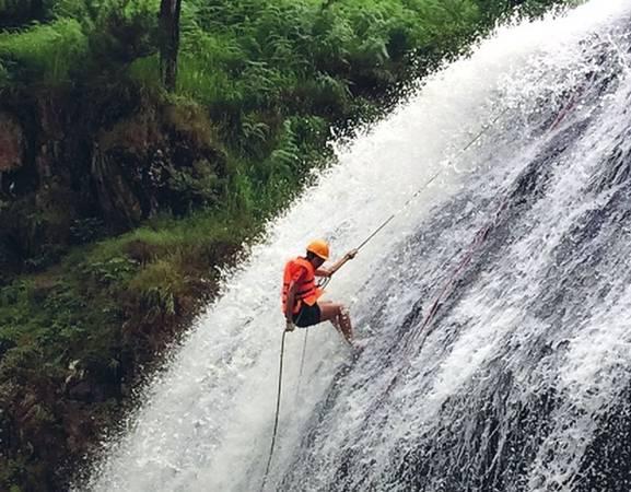 Leo thác là một dịch vụ du lịch được yêu thích tại thác Dalanta (Đà Lạt). Bạn sẽ được các huấn luyên viên hướng dẫn các kỹ thuật, quy trình chinh phục ngọn thác bằng cách leo giữa dòng chảy (có thiết bị bảo hộ). Trong quá trình chinh phục thác, bạn sẽ trải qua hàng loạt cảm xúc khác nhau. Từ lo lắng, run sợ đến thú vị, phấn khích, cuối cùng là hân hoan, khoan khoái khi chinh phục thành công ngọn thác cũng như vượt qua giới hạn của bản thân.