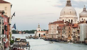 """""""Venice cũng giống như ăn cả một hộp sô cô la rượu mùi trong một đi."""" - Truman Capote"""