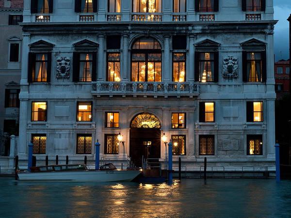 Một chuyến tàu đêm là cách hoàn hảo để trải nghiệm vẻ đẹp thực sự của Venice.