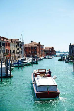 Tuyến đường thủy màu xanh đẹp mắt dọc theo con kênh Giudecca ở Venice.