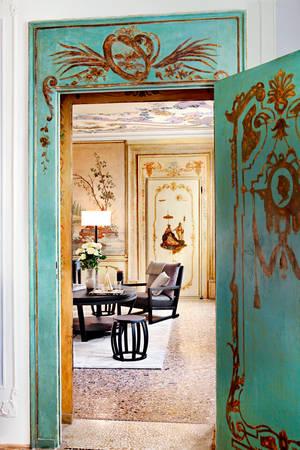 """Venice được biết đến là """"quê hương"""" của một số các khách sạn lãng mạn nhất trên thế giới. Trong ảnh là khách sạn Aman Canal Grande. George Clooney và Amal Alamuddin rất yêu thích khách sạn này, đến mức họ đã làm đám cưới ở đây trong năm 2014."""