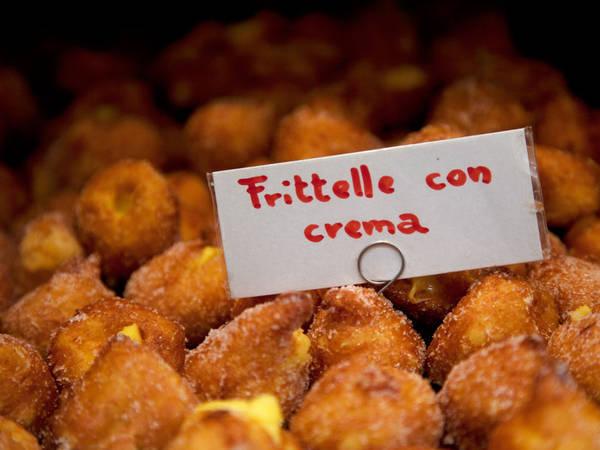 Bánh rán bọc đường Frittelle alla Veneziana.