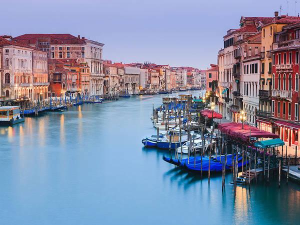 Venice - thành phố của sự lãng mạn, đẹp và sống động, đặc biệt là vào ban đêm. Hãy đi bộ dọc theo cây cầu Rialto và cảm nhận.