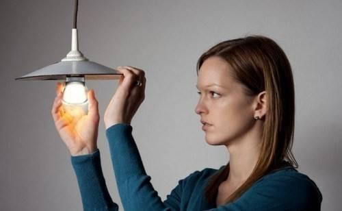 Ở bang Victoria, Australia, bạn không được phép thay bóng đèn trong chính ngôi nhà của mình hay bất cứ đâu