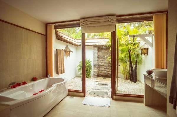 Phòng tắm sang trọng, gần gũi với thiên nhiên.