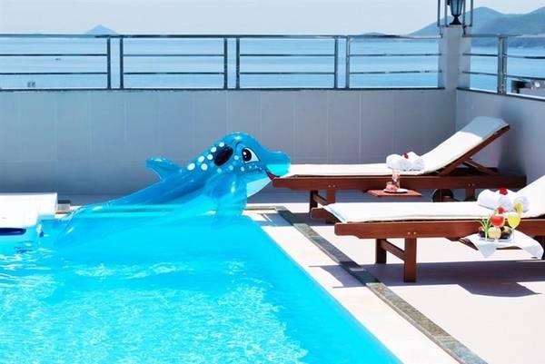 Một góc hồ bơi tại khách sạn.
