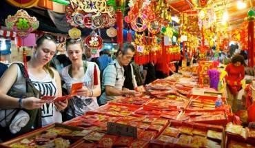 Du khách đang mua sắm tại khu Chinatown dịp tết. Ảnh: yoursingapore