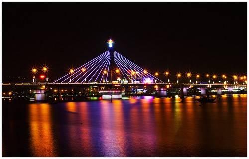 Cầu Sông Hàn được xây dựng trên trục chính của đường Bạch Đằng, nối quận Hải Châu với quận Sơn Trà