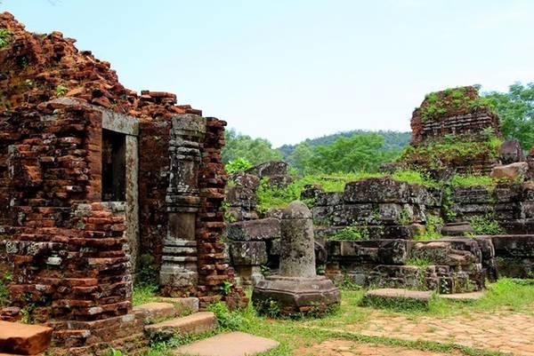 Thánh địa Mỹ Sơn thuộc xã Duy Phú, huyện Duy Xuyên, tỉnh Quảng Nam, cách thành phố Đà Nẵng khoảng 69 km, là tổ hợp bao gồm nhiều đền đài trong một thung lũng đường kính khoảng 2 km, bao quanh bởi đồi núi. Nơi đây nổi tiếng với các công trình kiến trúc và hàng trăm tác phẩm vô giá, có niên đại từ thế kỷ 7-13 được trưng bày tại bảo tàng Champa. Thánh địa Mỹ Sơn được coi là một trong những trung tâm đền đài chính của Ấn Độ giáo ở khu vực Đông Nam Á và là di sản duy nhất của thể loại này tại Việt Nam.