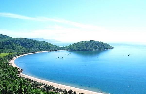 Bán đảo Sơn Trà: Nằm cách trung tâm thành phố Ðà Nẵng 10 km về hướng đông bắc, bán đảo Sơn Trà được ví như viên ngọc quý của Đà Nẵng với diện tích 4.439 ha, đỉnh cao nhất là 696 m. Đến bán đảo Sơn Trà, du khách có thể trải nghiệm nhiều cảm xúc từ lên rừng đến xuống biển với hệ động thực vật đa dạng. Quanh bán đảo Sơn Trà là các bờ biển tuyệt đẹp như Tiên Sa, Đá Đen, bãi Rạng, bãi Bụt, bãi Xếp, bãi Đa, bãi Nam, bãi Bắc, bãi Con…