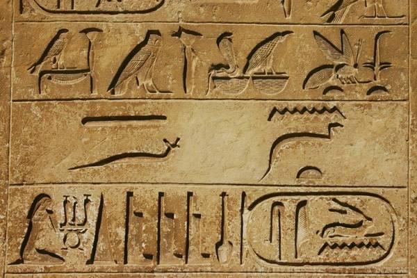 Chữ tượng hình thường gắn liền với các công trình Ai Cập cổ.