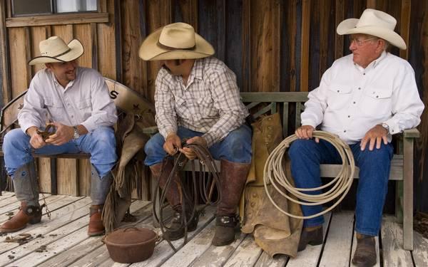 Mũ cao bồi kết hợp với đôi boot là phục kiện không thể thiếu của những người đàn ông vùng Texas.