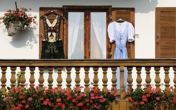 Tracht là một loại trang phục truyền thống dành cho cả nam và nữ, của miền Nam nước Đức và Áo.