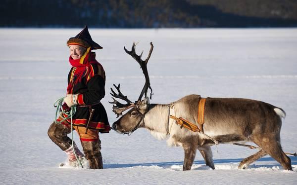 Trang phục truyền thống của người Sami với gam màu nổi bật được làm từ lông thú.